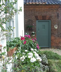 a  small self catering cottage - North Norfolk District