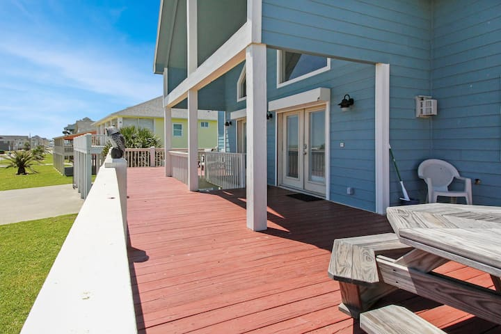 Big Front Deck To Relax on & Listen to the waves.