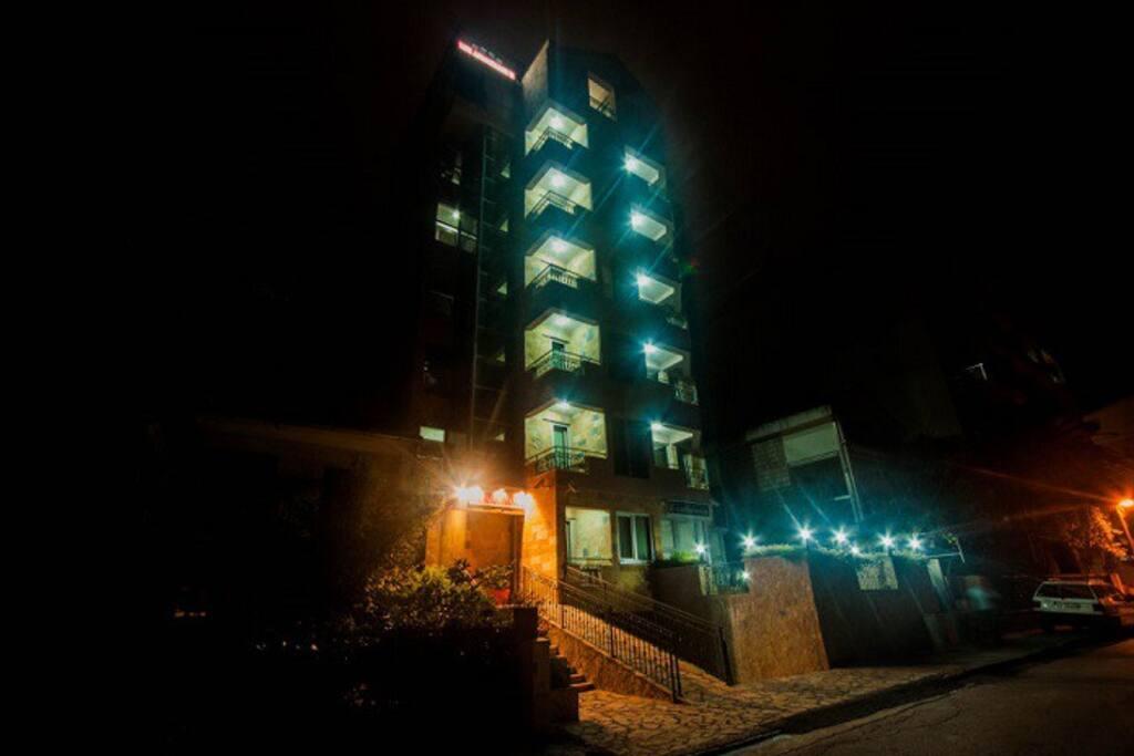 Slika zgrade nocu