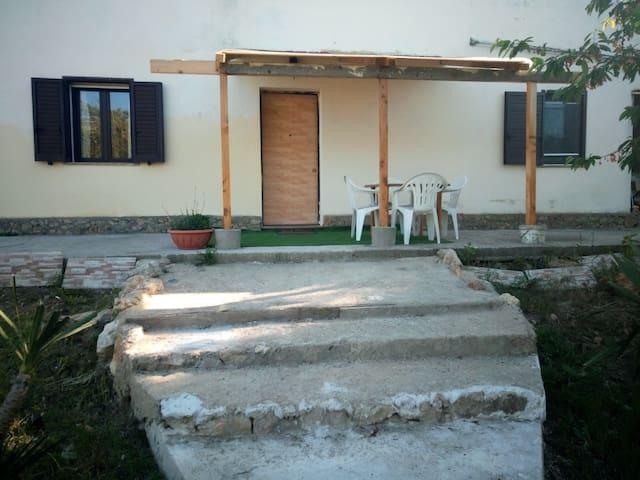 Piccola scalinata fronte ingresso casa