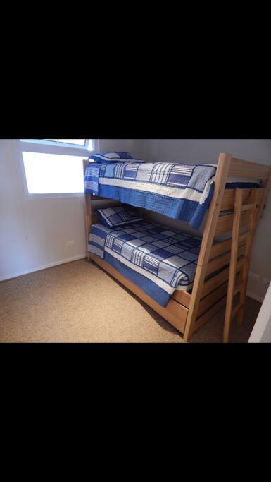 Dormitorio niños con camarote y cama nido