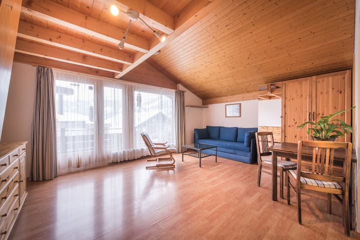 Central Wengen Wonderland: Mezzanine Studio for 4