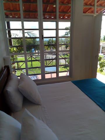 La habitación Tulipan muestra una vista hacia la laguna de Bacalar.