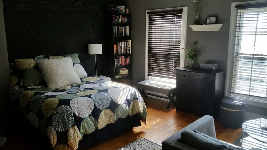 Large, bright room in Historic Uptown Kingston - Kingston - Rumah