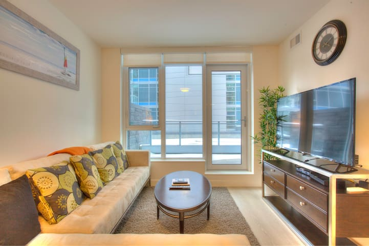 3rd Floor DT Waterfront Luxury Condo (w/ hot tub)