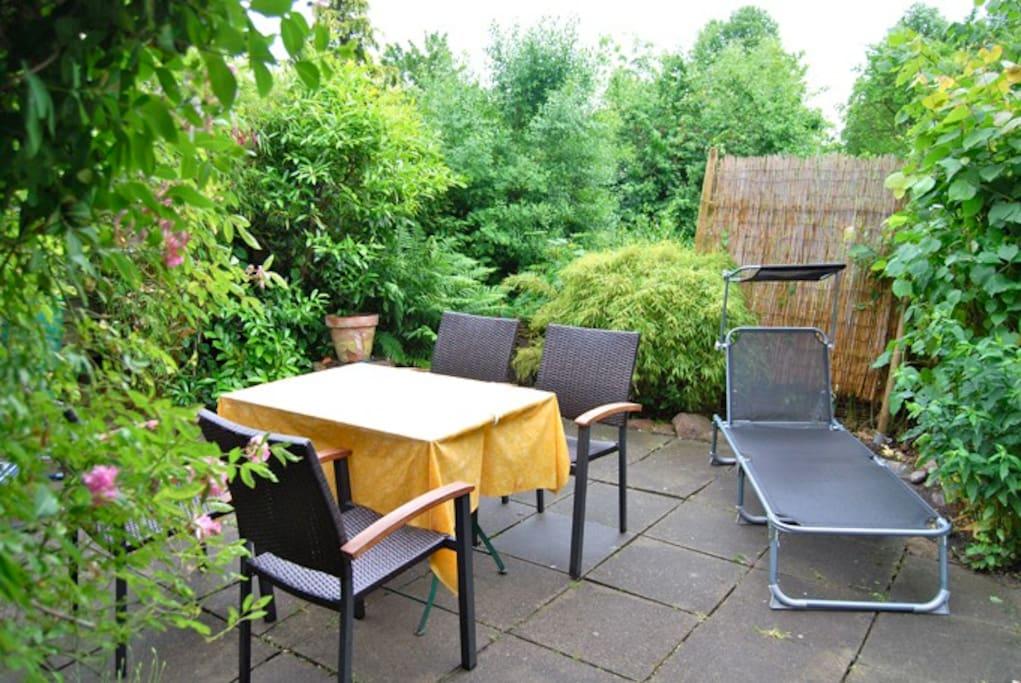 Gartenmöbel und Sonnenliegen