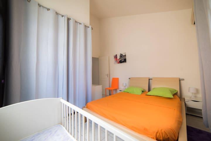 chambre 1 - parentale avec 1 lit double, 1 lit bébé + dressing et clim