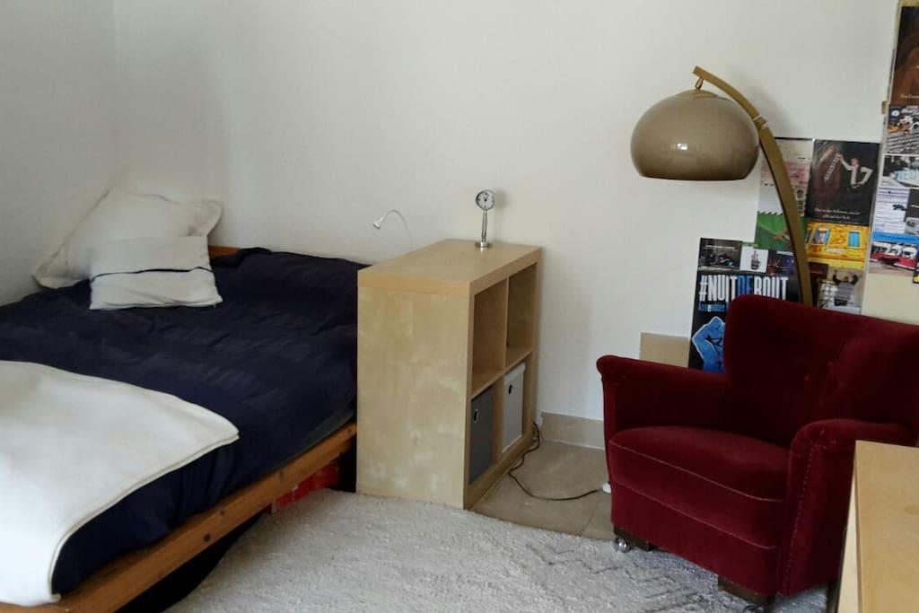 Schlafzimmer mit Doppelbett und Lesesessel - bedroom (1st floor)