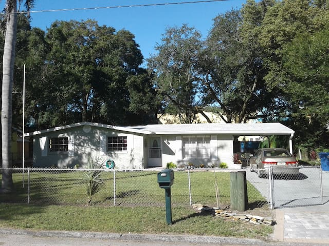 Newly remodeld, peaceful, quiet, private, safe - Tampa - Huis