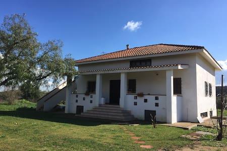 Graziosa villa nel verde a pochi Km. dal mare - Iglesias