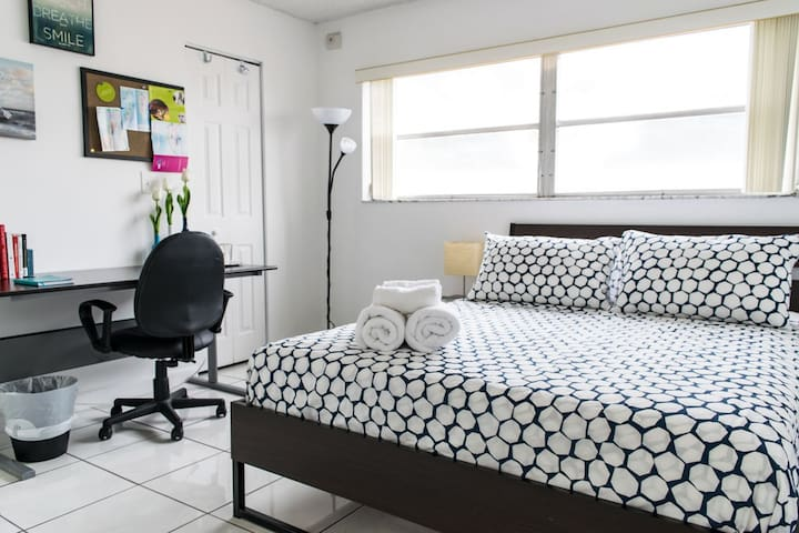 CLEAN AND BRIGHT W/ IN-ROOM BATH! GREAT LOCATION! - Miami - Departamento