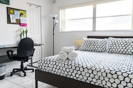 CLEAN AND BRIGHT W/ IN-ROOM BATH! GREAT LOCATION! - Miami