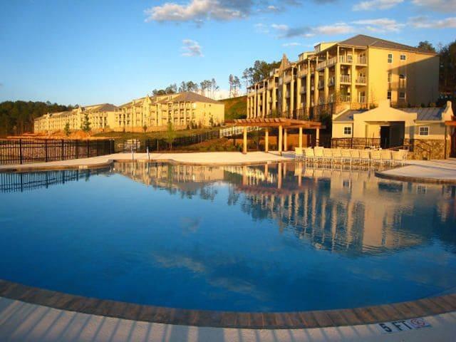 Top Floor Luxury Penthouse Condominium, Big Water!
