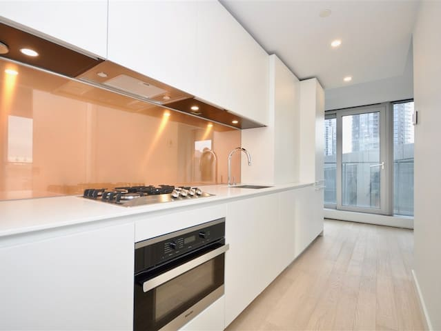 BRAND NEW CLEAN CONDO IN PRESTIGIOUS YALETOWN