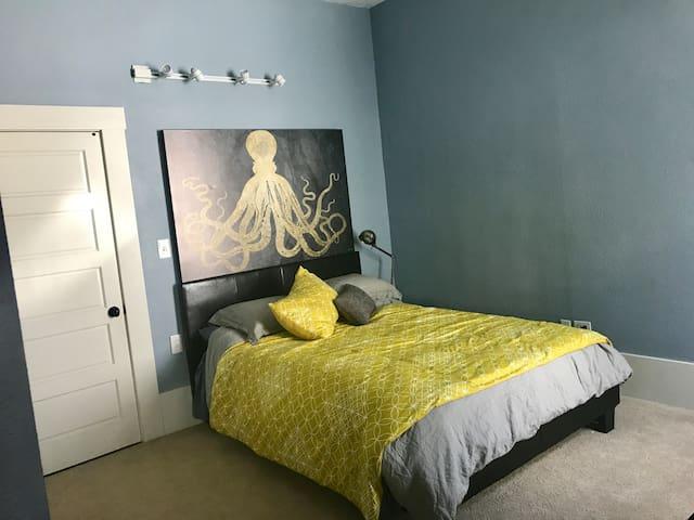 Cozy Private Suite in Downtown Petaluma Home.