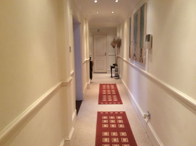 Spacious 2 bedroom apartment with gated car park.