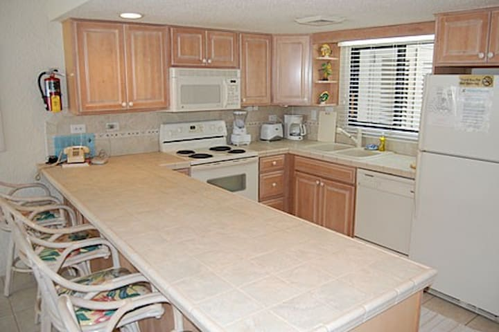 2 bedrooms 2 bathrooms right on Seven Mile Beach - George Town - Condo