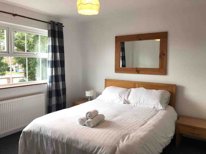 Bangor Home from Home.Spacious 2bed modern House.