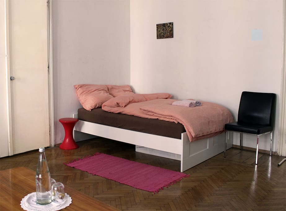 The bed size is 160x200 cm