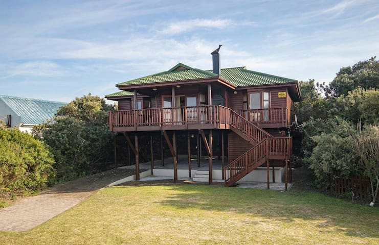 Wooden beach house 100m from beach - Cannon Rocks - House