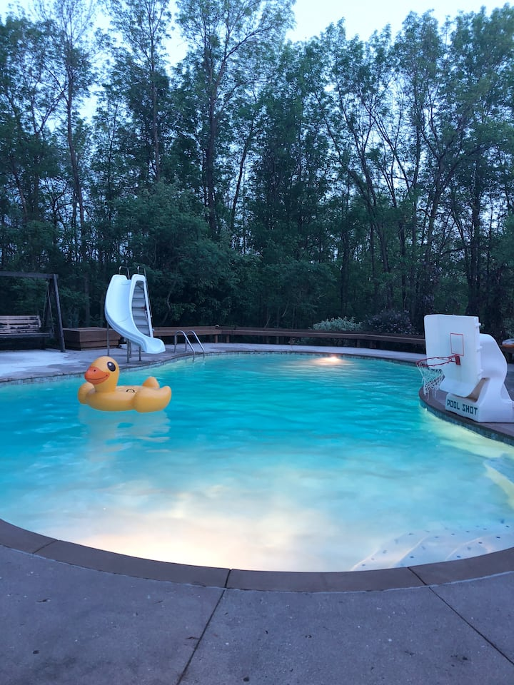 Entertaining Home, pool, minutes from Road America