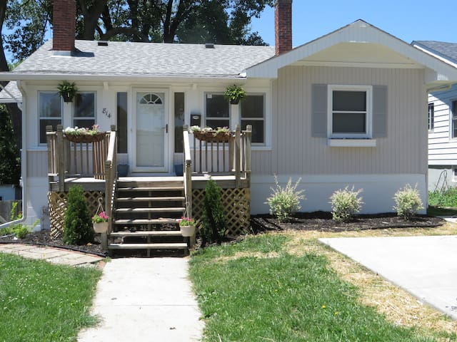 Spacious & Cozy in GREAT Des Moines Neighborhood!