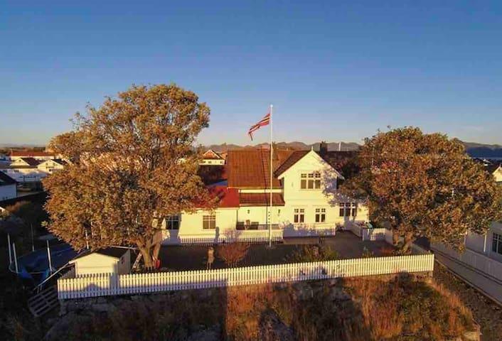 Dobbeltrom med ekstra seng og bad i Henningsvær