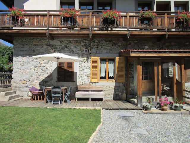 L'entrée et la terrasse avec sa pelouse