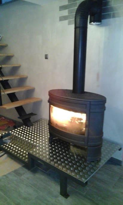 Poêle à bois servant de moyen de chauffage en hiver.