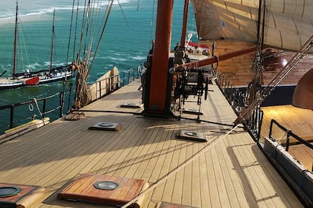 Double cabin on sailing ship 20 min to center No 1
