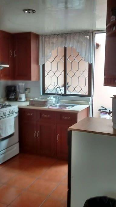 Cocina: Refrigerador, estufa, lava vajillas, vajilla, horno microondas, trastos