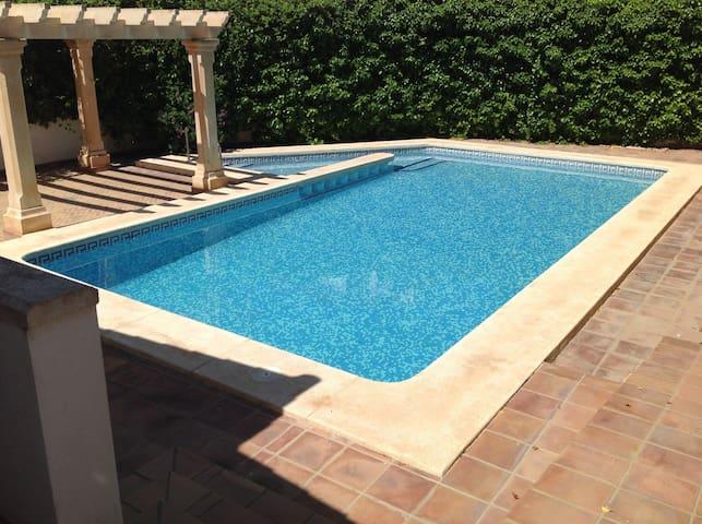 Bonito dúplex cerca del mar, con jardín y piscina.