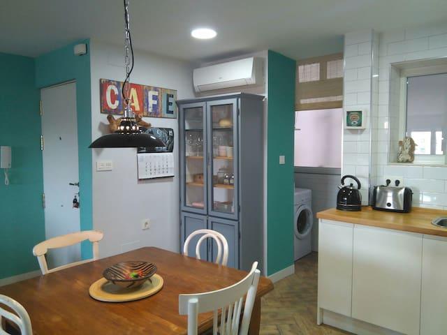 Habitación con dos camas muy luminosa