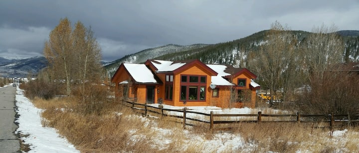 Large Loft with 3 beds in Heart of Ski Country