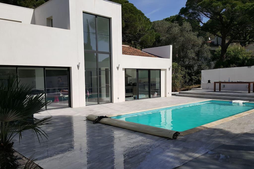 Maison contemporaine avec piscine maisons louer for Piscine roquebrune sur argens