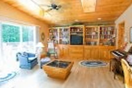 River runs through it, cozy home on 66 acres - Dungannon - Huis