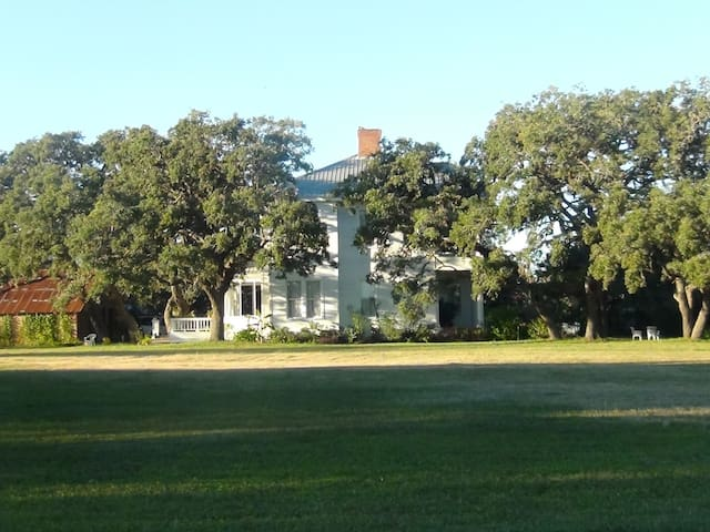 The Inn at Silver Oaks - Beeville - Bed & Breakfast
