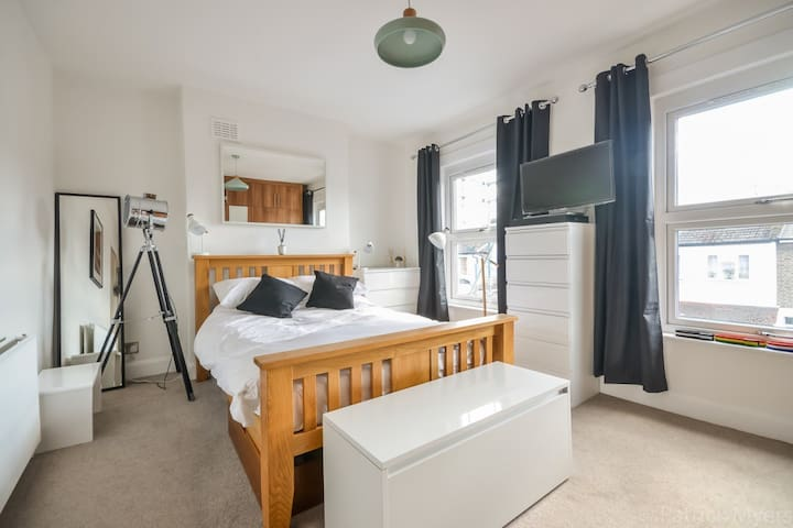 Large double quiet room Zone 2, Brockley :)