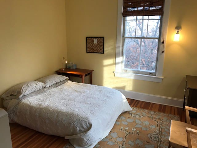 Cheerful Sunny Bedroom near Takoma Metro