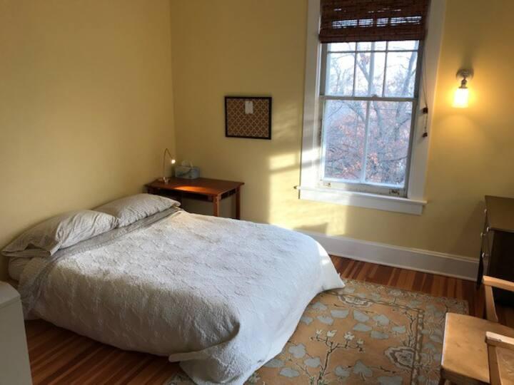 Cheerful Sunny Bedroom near Takoma Metro