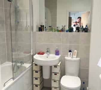 Modern room in penthouse apartment - Isleworth - Apartemen