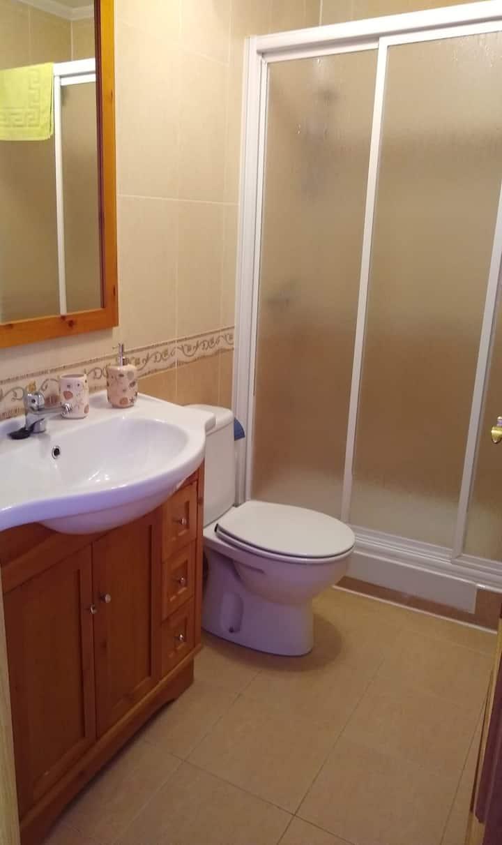 Habitación doble privada con baño.