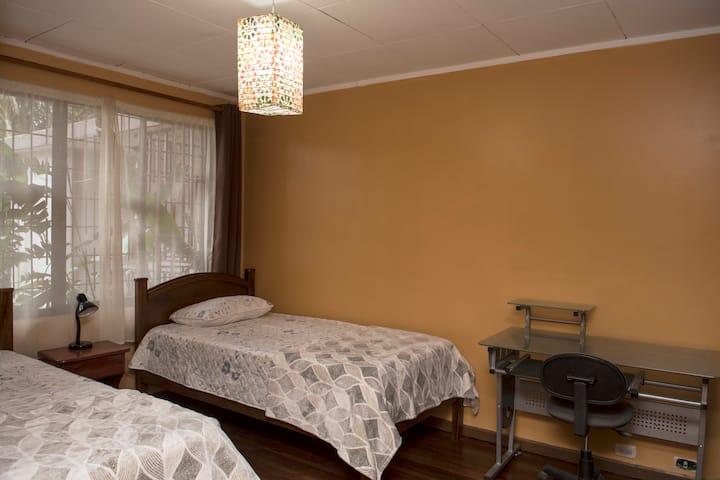 SAN JOSÉ, SABANILLA SWEET HOME: PECHOAMARILLO ROOM
