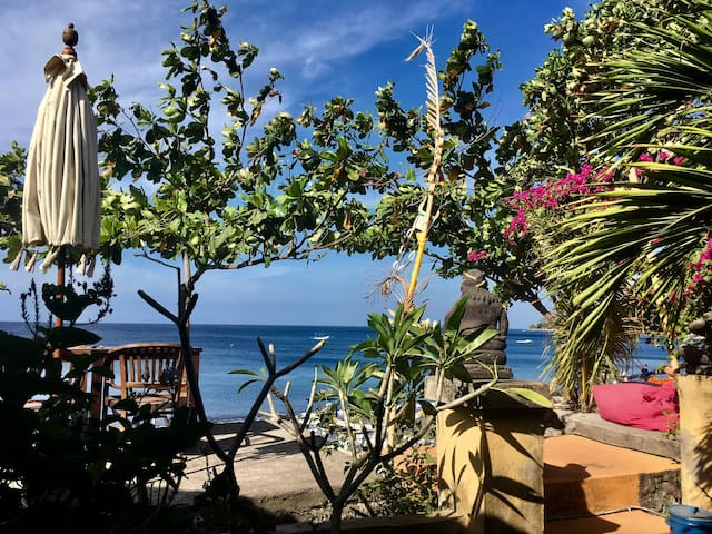 Chez Kin - Secluded BEACHFRONT Room!