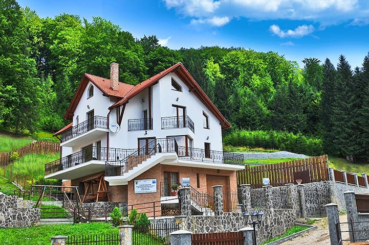 Charming Villa in a Private Mountain Resort - Timișu de Jos - Huvila