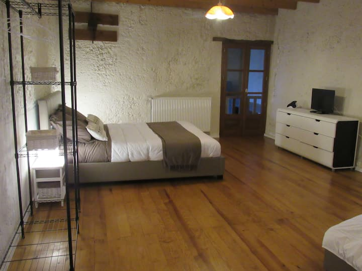Nice bedroom 30sqm with 1 kingsize bed + 2 beds 90