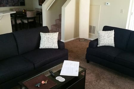 Spacious 3 Bedroom Townhome w 2 Car Garage - Boise - Reihenhaus