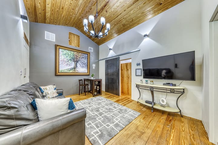 Romantic and spacious home w/large shard backyard with a creek and firepit!