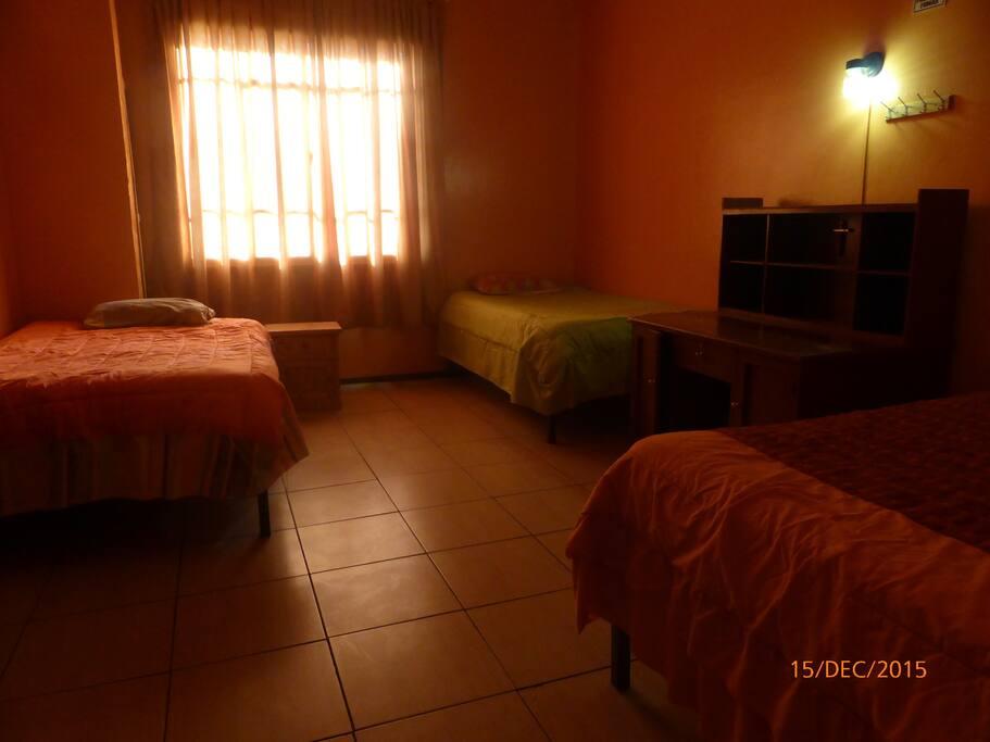 Dormitorio doble, triple y cuádruple con baño privado y wifi, cama de dos plazas y dos de plaza y media