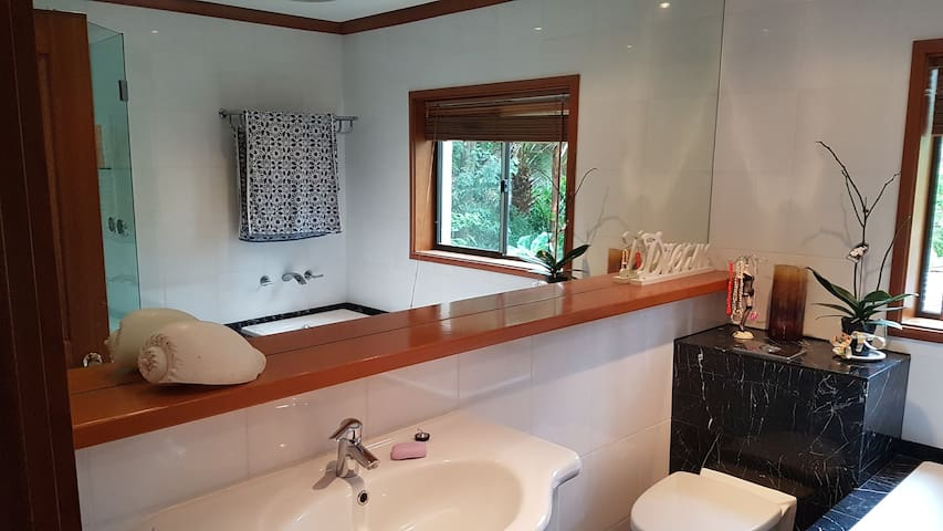 Bedrooms with private balcony and lush outlooks. - Frenchs Forest - Rumah
